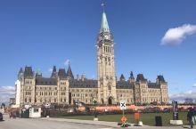 加拿大渥太华Ottawa 的国会山,是游客必到的打卡之地,气势磅礴的哥特风格建筑群,令人赞叹不已。
