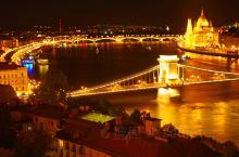 塞切尼链桥是一座横跨多瑙河的链子桥,介于布达和佩斯之间,匈牙利首都布达佩斯的东西两侧。 它是由英国工