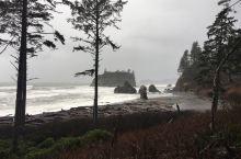 风雨中的Ruby Beach 展现出来一种水墨风格的苍凉,难怪暮光之城中的狼人喜欢居住在这样的地方。