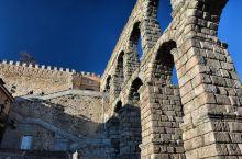 塞哥维亚的罗马大渡槽约建于公元前50年,被完好地保存下来。曾是塞哥维亚城的框架。大渡槽的两层拱门别具