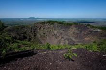 五大连池是火山喷发出来的熔岩流阻塞河道后形成的火山堰塞湖。景区内矗立着十四座新老期火山。五大连池14