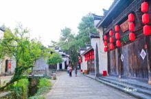 小城虽小,但有着许许多多古老的故事,而铭刻这些故事的地方,是那些历经了数百年风吹雨打的老宅。在灵山江