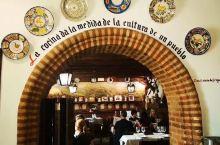 当地最网红说一家店 据说有很多年历史 来这里吃塞哥维亚的烤乳猪和红酒都很美味,悠闲的午后,像一个欧洲