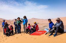 巴丹吉林沙漠行摄在这里,我们和当地的越野车手一起,翻越十几座沙山,有时巍峨、有时连绵。在这里,沙漠的