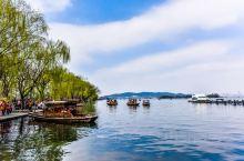 在我国有一处世界级的旅游景点因为苏东坡而闻名全世界。这就是地处 杭州  西湖 核心景观区的 苏堤 了