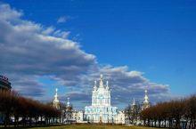 梦幻蓝白宫殿-斯莫尔尼宫  圣洁的宫殿 和朋友游览到圣彼得堡市的北部,一座复古式三层建筑狠狠的抓住了