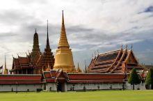 #大皇宫# 这是曼谷最著名的景点。 始建于1782年,紧邻湄南河,是曼谷市中心内一处大规模古建筑群,