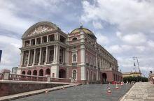 巴西亚马逊百年大剧院,建于1896年,这座高大宏伟的建筑,代表了这个城市曾经的辉煌,它是由一位种橡胶