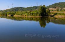 """沿着新修的""""安丘天路"""",去山东省潍坊市安丘市西南山区走一走,起伏的山间田野里,金黄和绿色相间,呈现出"""