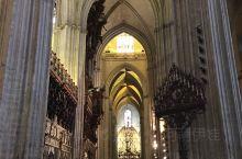 塞维利亚大教堂始建于公元 1402 年,用时上百年才在原先的伊斯兰寺院遗址上修建完成。教堂进深一百一