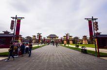 对于整个横店影视城而言,秦王宫算是第一个建设起来的景区了。最早在90年就已经开始规划与论证,在经过几