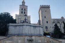 阿维尼翁—-十三至十四世纪教皇所在地,现仍然保持良好的城堡和城墙,且这些建筑明显呈现防守功能。