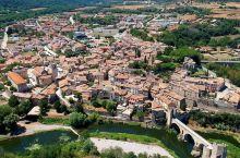 走在历史的小巷子里    贝萨卢是我去过欧洲最浪漫的小镇了,和江南地区的小桥流水不一样,这里虽然也有