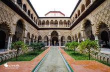 塞维利亚王宫从建造到现在,已经800多年,于1987年列为世界文化遗产,王宫拥有哥特式建筑元素和伊斯