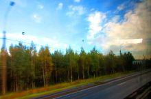 【欣赏窗外的自然风光也是一种享受】  在去拉多加湖70公里的途中,耳听导游讲述俄罗斯的历史故事,眼观