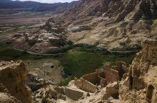 西藏阿里地区的最西部,有一个扎达县土林非常好看,很有特点,是一片风化的地质特色区