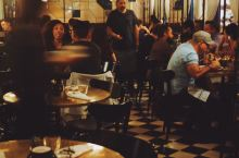 Ace Hotel一楼的L.A. Chapter是咖啡馆、餐厅和酒吧的集合体,抵达第一晚潜入喝一杯,