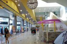 Gali公交总站,人非常少,商店卫生间小饭馆快餐,长途车公交车很多