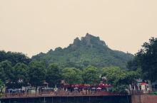 风景秀丽的马仁奇峰,层峦叠嶂,绵延不绝。山间烟雾缥缈,宛若仙境,实乃休闲游玩的圣地!