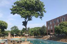 度假休闲好去处,游泳池的水感觉很久没人下水,但周围景色优美