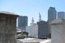 这肯定是我去过最COOL的墓地了  要说最喜欢新奥尔良什么?那肯定是鸡翅了。不过这次和朋友来到新奥尔