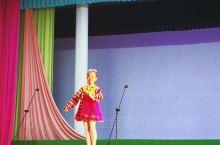 #观看朝鲜儿童精彩的歌舞表演#  从国内带了文具用品和食品送给朝鲜的小朋友们   当年献花给我
