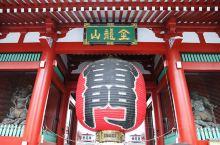 浅草寺是东京最古老的寺庙。据说寺内有一座在公元628年偶然被当地渔民打捞上来的观音金像,每年都有许多