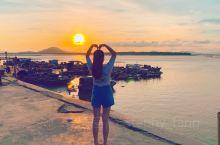 阳西的沙扒湾,应该是广东省岛屿沙滩,性价比最高的,无论是住房还是池海鲜,沙扒湾是阳西县的一个小镇,比