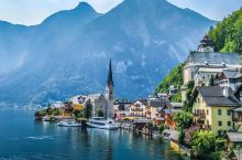 瑞士小镇圣莫里茨位于海拔1856米的瑞士阿尔卑斯山区,湖泊星罗棋布,松林苍翠欲滴,湛蓝的天空一碧如洗