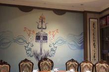在这里招待客人,宴请宾客,非常有面子。餐厅宽敞明亮,装修的极其有地方特色。而且包房里的小装饰品也是很