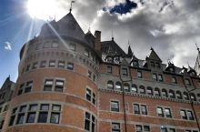 方提娜克古堡大酒店位于魁北克城最高点,有着一百多年的历史,和古城融为一体。圣劳伦斯河,加拿大的母亲河