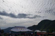 我的家乡拉尕山,神仙居住的地方。如此美的云朵像极了雪白的厚厚的棉絮,太阳努力撕开一条口子,费力的钻了