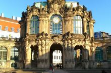 茨温格宫位于剧院广场的南面,萨克森国王奥古斯特在这里亲自设计了一个花厅建筑,后来又建了两翼和游廊。茨