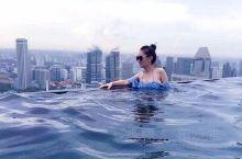 花费40亿英镑打造的金沙酒店,由三座连成一串的大楼组成,是新加坡地标性建筑。其57层的无边泳池,也是