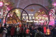 大唐不夜城位于西安大雁塔脚下,在大雁塔南侧,以大雁塔为依托,以盛唐文化为背景。北起玄奘广场,南至唐城