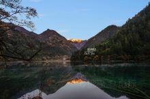 秋天是九寨沟最灿烂的季节。五彩斑斓的红叶,彩林倒映在明丽的湖水中,彩色的秋叶与蓝色的湖水交相辉映,美
