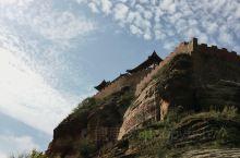 永宁山古寨从宋朝即矗立在高高的山岗上,已经无从考证原先的古寨用途,但是古寨可攻可守,非常险峻,不得不