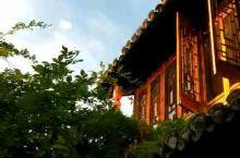 初晓轻烟次第来,秋风有意叩窗台。两三庭户向阳开……