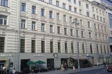 莫斯科街头,马路宽阔,所有的楼房布局一致,干净整洁