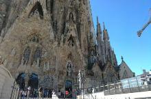 西班牙加泰罗尼亚大区的巴塞罗那,圣家族大教堂不得不看。可能是颜值最高的教堂了。已经建设逾百年,还未完