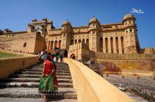 【印度斋浦尔琥珀堡】位于斋普尔北部城郊的一座山丘之上,始建于1592年,是斋普尔的旧都,由于城堡由奶