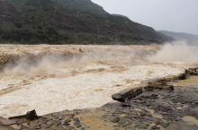 山西和陕西交界的壶口瀑布。气势庞博,湍流勇进。不虚此行。