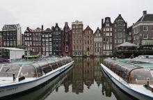 阿姆斯特丹水坝广场附近  水坝广场被视为阿姆斯特丹文化城市的起源,可见其地位之高。从四通八达的中央火