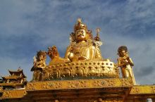 佛前一叩首,告别红尘不回头,马尔康更达寺,座落在法螺形的山腰中,是佛教传入马尔康后的第一座寺院,也是