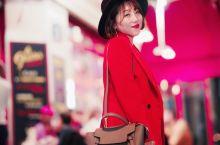 歌舞升平话巴黎——红磨坊  即使没去过巴黎,很多人对红磨坊这个名字有所耳闻。位于城北蒙马特高地脚下白
