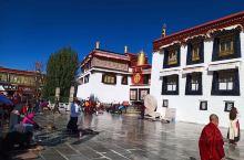 """大昭寺晒太阳  """"在游人眼中这条街是商业街,而在藏族人眼里却另有含义,它是藏族传统的转经之路,这里虔"""