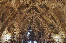 """在捷克有一个 人骨教堂 。吊灯、教堂从外观上与普通的哥特式建筑无异,但""""奇葩""""之处在于其内部的天花板"""
