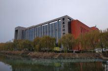 山东曹县图书馆,座落在美丽的公园旁边,环境优雅安静,里面藏书甚丰,老少皆宜,座位挺多,特别是周末,许