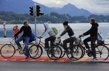 在瑞士卢塞恩湖边,偶尔碰到的一群年轻人,悠然自得的聊着天,脸上的微笑跟湖光山色融合在了一起。在欧洲最