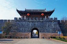 海宁盐官,钱塘江大潮观景地,也为江南千年古镇,清末大家王国维的家乡。古镇不大,却很有韵味,金庸书院、